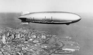 L'un des deux plus grands dirigeables américains : l'USS Macon, en 1935. Crédit : Moffet Field Historical Society