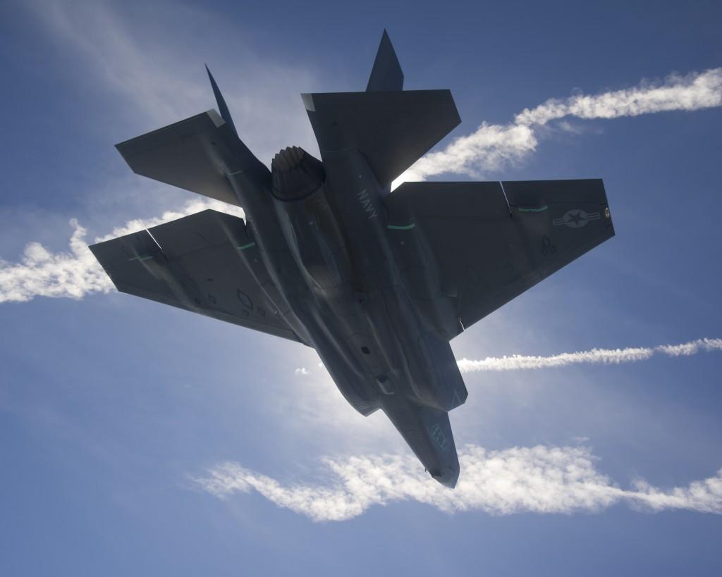 Avec des ailes plus grandes, et donc une charge alaire réduite, le F-35C, la version navale de l'avion, devrait être plus à l'aise en combat aérien. Mais étant plus lourde, son ratio poussée/masse sera également plus faible...
