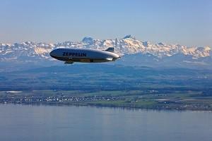 Zeppelin NT survolant le Lac de Constance en Allemagne - Crédit : ZLT