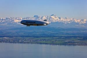 Zeppelin NT survolant le lac de Constance - Crédit : ZLT