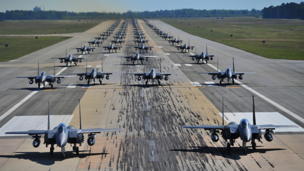 """""""Elephant Walk"""" de F-15. Cette opération de communication, lorsque l'on sait ce qu'implique au niveau opérationnel, même pour un simple roulage, est véritablement une démonstration de force, et bien souvent un entrainement de toute une chaîne opérationnelle."""