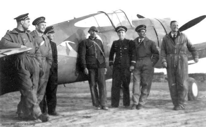Pilotes du GC 1/5 en Juin 1940 devant un Curtiss H-75. De gaude à droite : Gérard Muselli, Léon Vuillemain, Frantisek Perina ( CZ), xx, Jean-Marie Accart, Marcel Rouquette, Edmond Marin la Meslée (Archives Aéro-Journal)