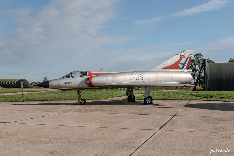 Mirage III E n°529, portant les codes 3-JS de l'EC 2/3 Champagne et l'insigne de la SPA 67 sur la dérive.