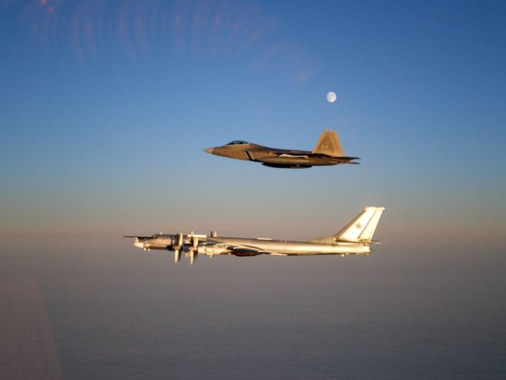 Interception d'un TU-95 Bear russe par un F-22 Raptor américain. La fin de la guerre froide n'a pas mis un terme à l'affrontement de ces puissances, bien que leur intensité a diminué. (crédit inconnu)