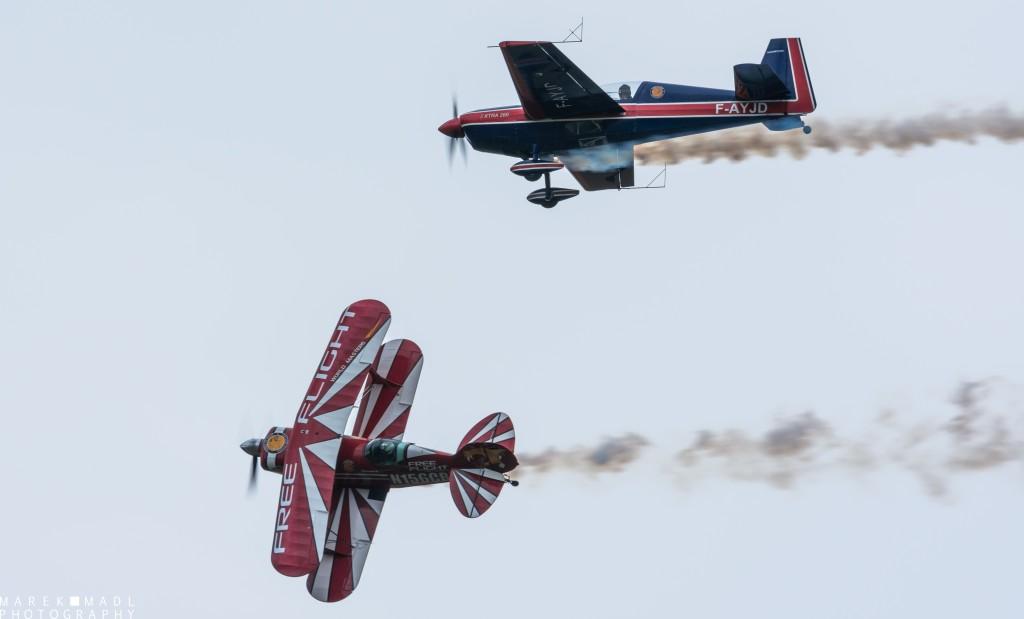 La démonstration de voltige du Pitts et de l'Extra 260. La voltige en patrouille dissymétrique (avec deux avions d'un modèle différent) est un exercice particulièrement délicat, parfaitement réussi par les talentueux pilotes.