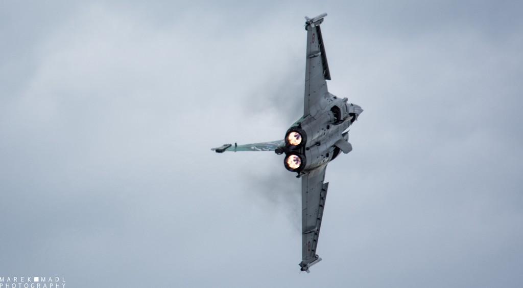 La présentation du Rafale, toujours aussi impressionnante dans une atmosphère humide du fait de la condensation lors des manœuvres serrées.