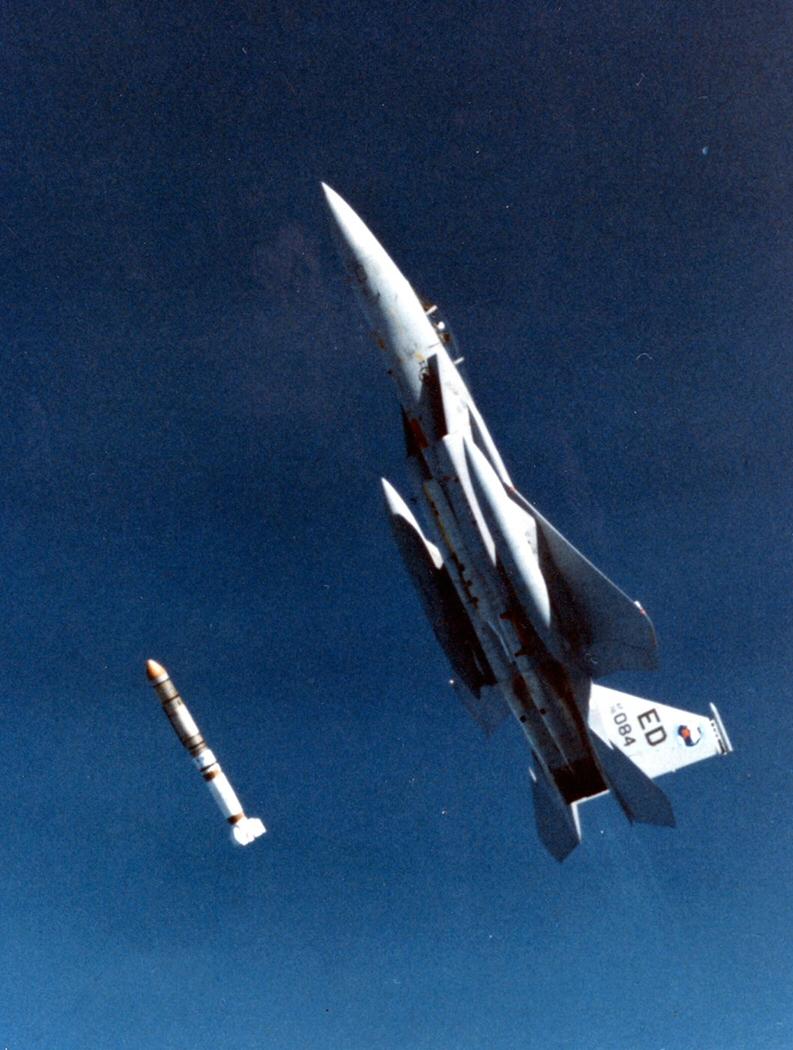 Missile ASM-135 ASAT missile lançé par un F-15 (circa 1985). Crédit photo USAF