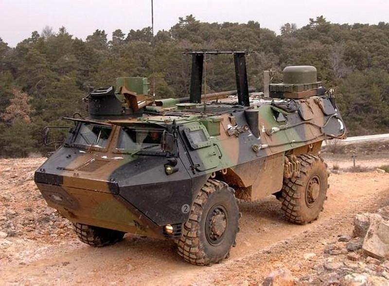 un VAB VENUS (véhicule de commandement nomade communiquant par satellite) de l'armée de terre. L'antenne sur le toit permet des communications par satellites, même lorsque le véhicule est en mouvement.