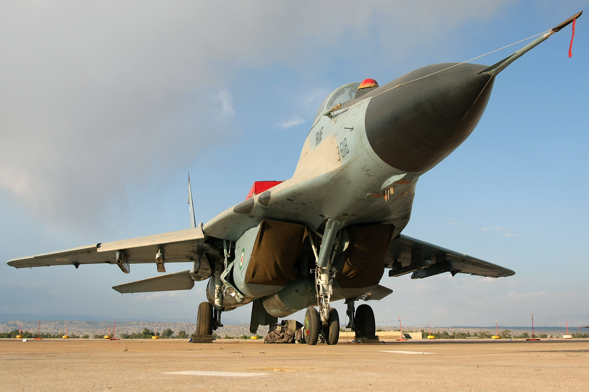 MiG-29 iranien. L'Iran a entrepris de moderniser ses flottes de MiG-29 et de Su-24 avec l'aide de la Russie, tandis que la Chine fournissait de quoi équiper les Mirage F1 ex-irakiens en appareils d'attaque maritimes. Ces flottes restent cependant modestes. Source Wikimedia - image Shahram Sharifi