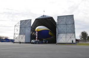 Goodyear NT2 sortant du hangar
