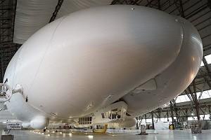 Airlander 10 flottant à 1m du sol dans son hangar, Crédits : The Verge