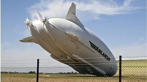 "Airlander 10 en ""kiss landing"", Crédit: South Beds News Agency"