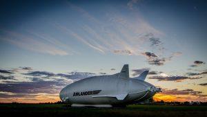 Airlander 10 devant le légendaire Hangar de Cardington, crédit Asan Tu