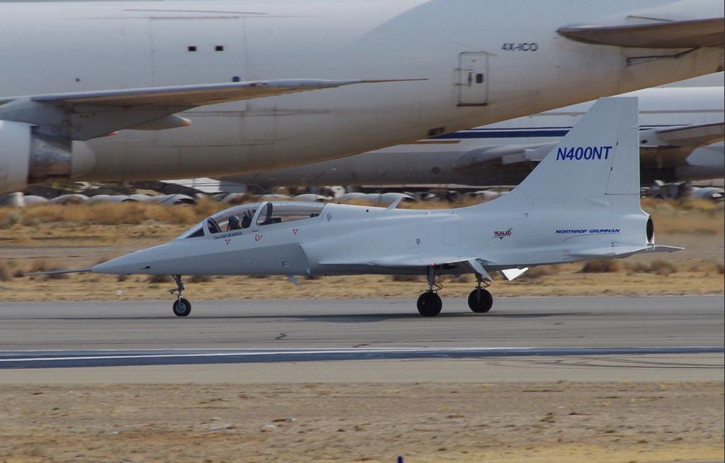 Le Model 400 sur la piste de Mojave. Contrairement aux autres compétiteurs, Northrop ne tente pas de communiquer directement sur son nouveau démonstrateur. On notera tout de même l'évidente filiation du Model 400 avec l'ensemble de la famille T-38/F-5 (© David Kern - Twitter)