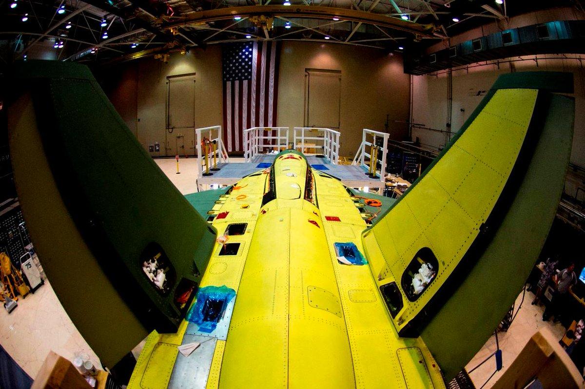 Vue du second T-X en cours d'assemblage. Avec ses dérives inclinées, sa voilure haute précédée de larges APEX arrondis et son cockpit très avancé, le T-X vu de dessus évoque immanquablement la famille des Hornet. Un œil averti notera la présence de la trappe masquant le réceptacle de ravitaillement en vol. (© Boeing)