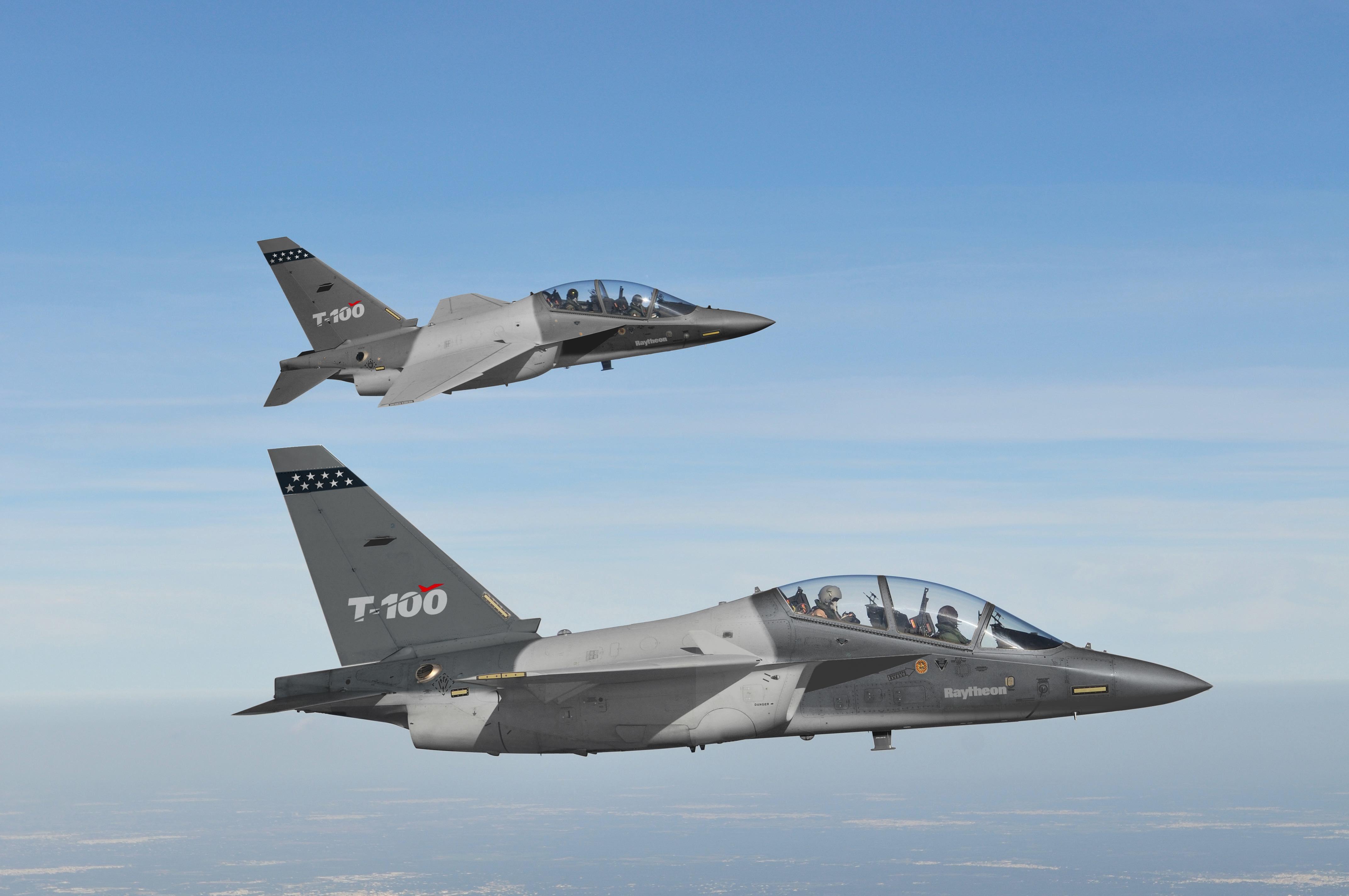 Sans surprise, le T-100 qui servira aux essais en vol du programme T-X sera simplement un M-346 peint aux couleurs du T-38, avec une modification de la planche de bord. (© Raytheon)