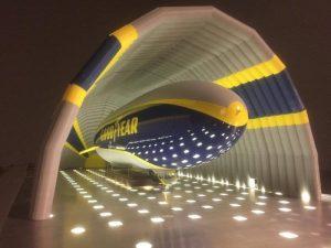 Vue intérieure du hangar gonflable de Goodyear.