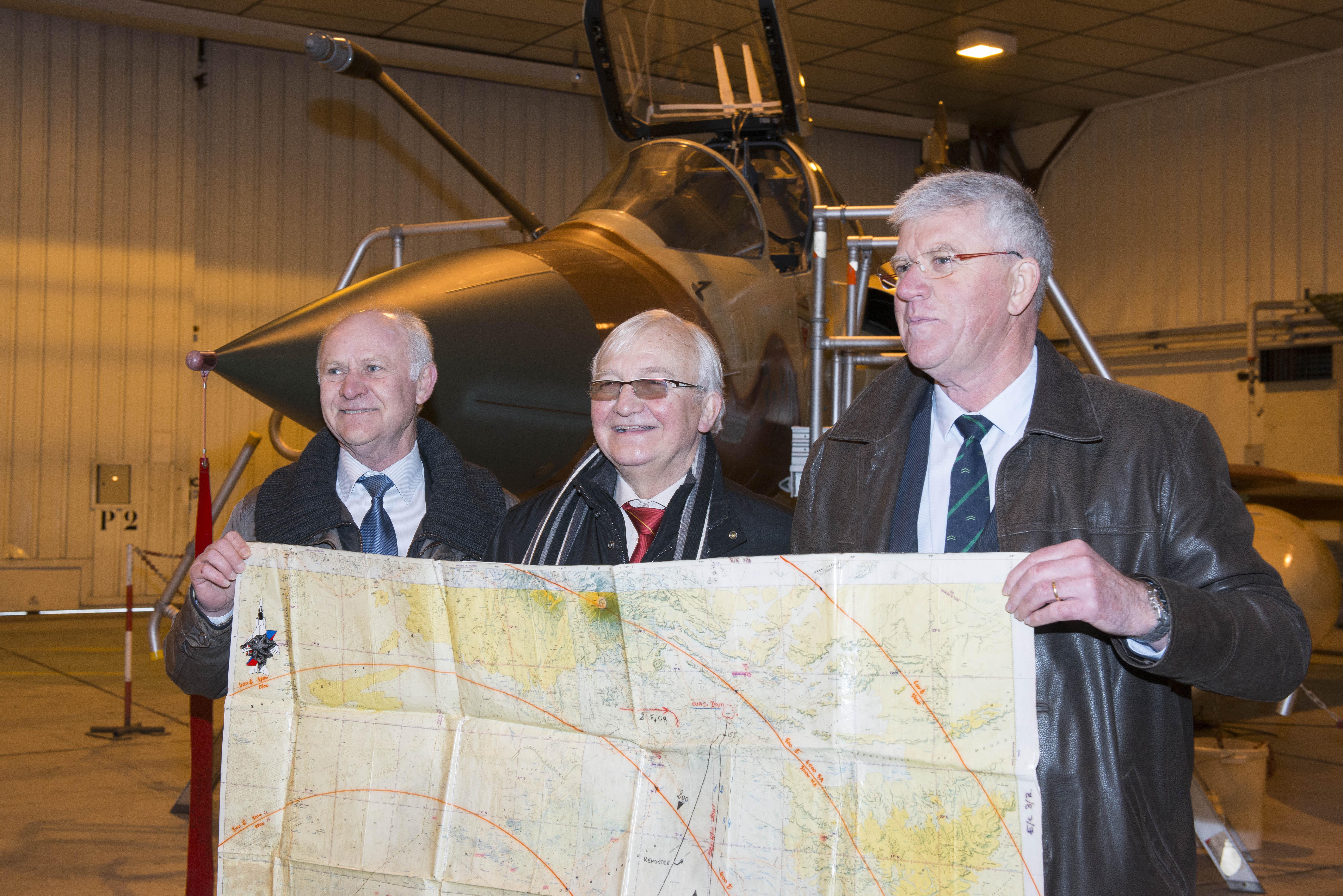 """De gauche à droite: Guy Wurtz (""""Guitou"""", Ltt qui a tiré), GBA (2S) Yvon Goutx (""""Minet"""", Cdt à l'époque et patron du 1/33 """"Belfort""""et leader des """"Chèvres""""), J.-P. Saussier (""""Sausback"""", Cne à l'époque, un des 4 Jaguar). Photo copyright Louise Guillout - Armée de l'Air - Défense"""