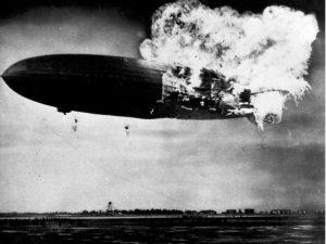 Le LZ-129 Hindenburg prend subitement feu au niveau de l'emplanture de son empennage vertical haut.