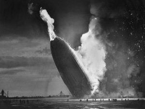 L'Hindenburg s'écrase, en flammes.