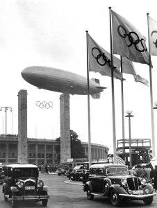 Le LZ-129 Hindenburg survolant les Jeux Olympiques de Berlin en 1936.