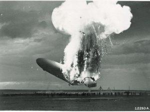 Le LZ-129 Hindenburg en flammes, Crédit: NASM Archives Division