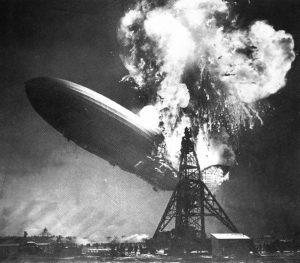 Le LZ-129 Hindenburg en flammes, au premier plan le mât d'amarrage.
