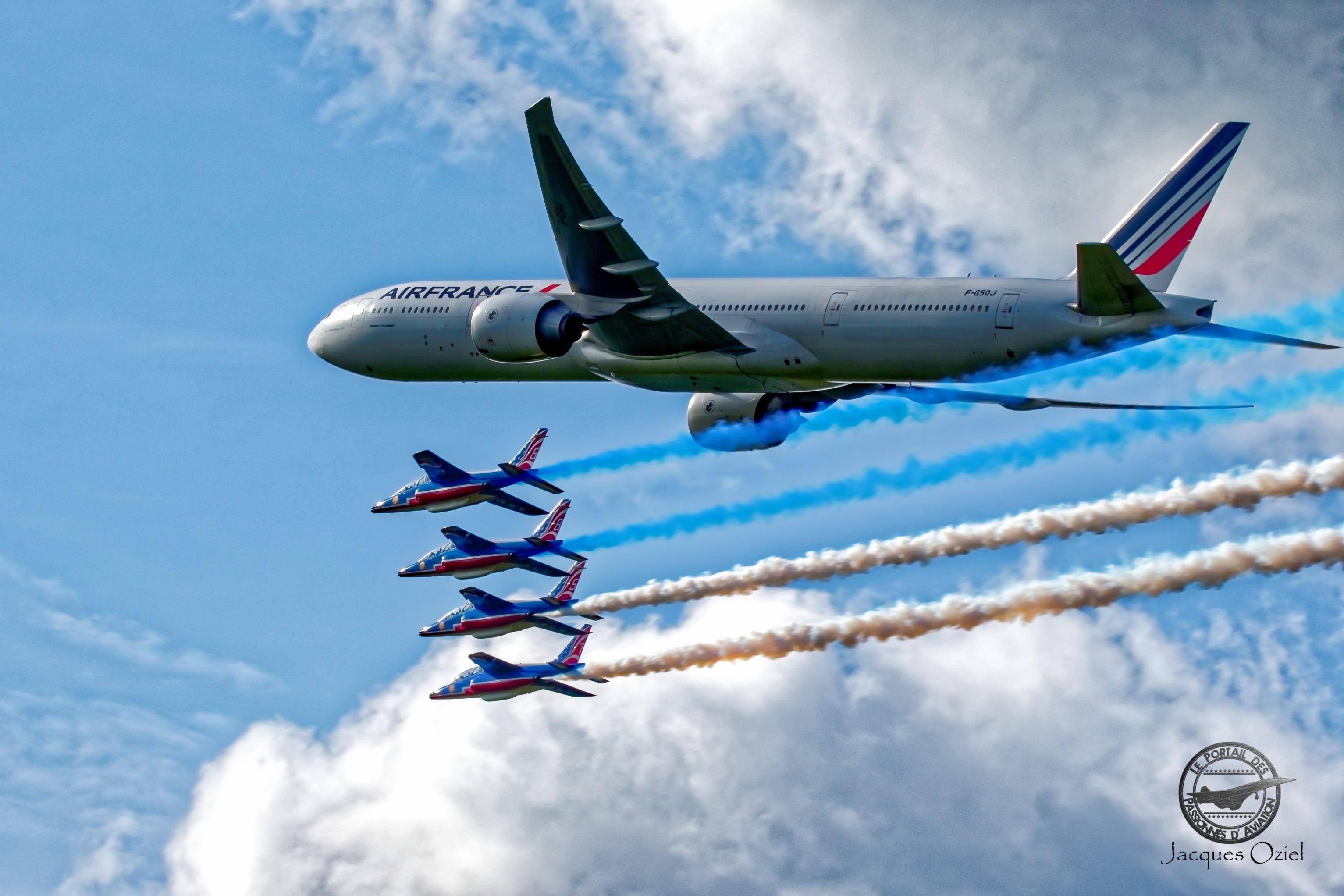 Boeing 777 encadré par la Patrouille de France