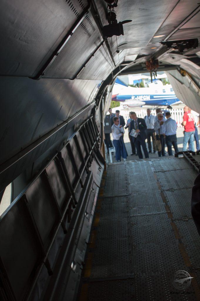 Vu de la passerelle arriére, celle ci peut entiérement rentré sous l'avion en vol pour faciliter le largage. Une spécificité apparemment demandé par les Saoudiens.