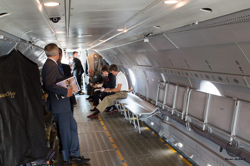 """Vue de l'intérieur de l'avion et des sièges """"soldats"""""""