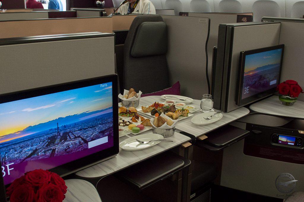 La configuration permet d'établir une table de réunion ou de diner entre quatre passagers.