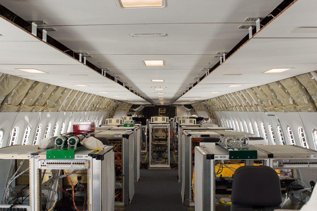 Les différents calculateurs, qui permettent de mener les essais en vol, et d'enregistrer tous les paramétres. Certains mesurent des paramétres liés aux efforts de la cabine, des paramètres électroniques, et même de l'image et des niveaux de bruit.
