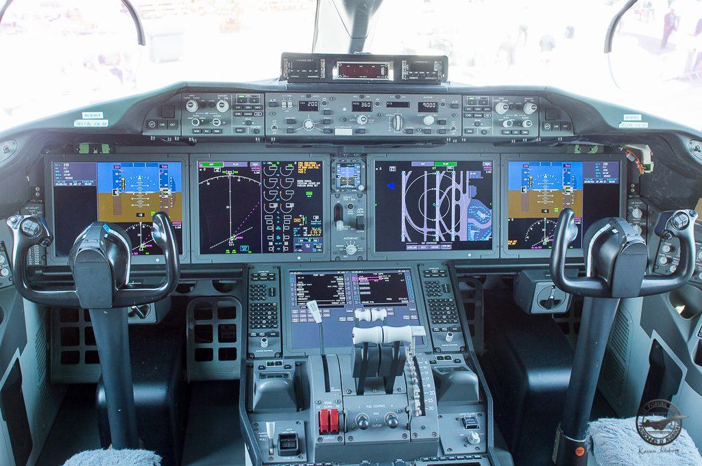 Le poste de pilotage, entièrement electronique. Il ne diffère en rien de celui du 787-9