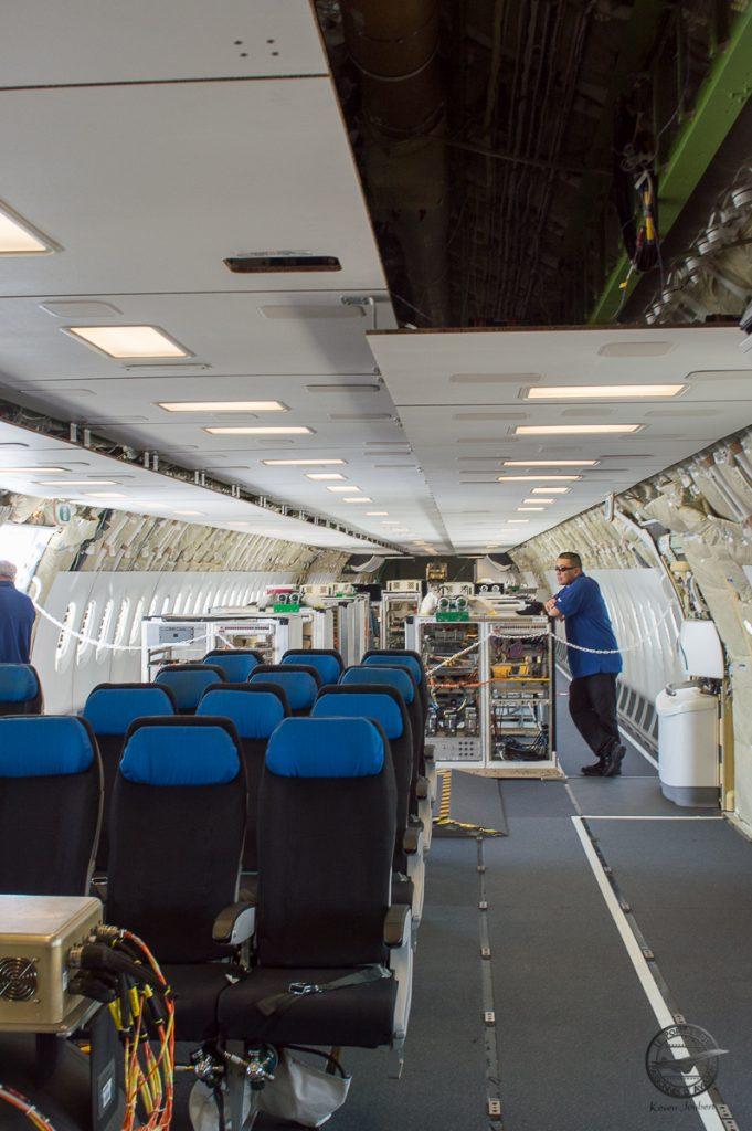 L'intérieur de l'avion est consacré aux essais en vol, seuls quelques sièges sont présent pour faire voyager des personnels ou des VIPS