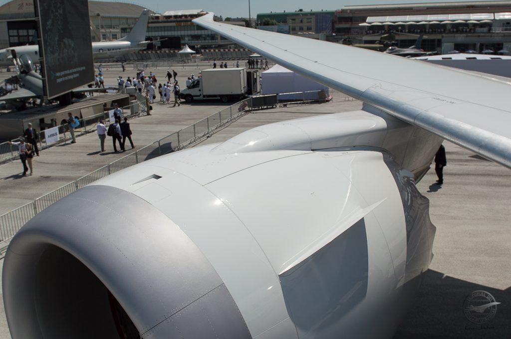 Vue de l'aile et du moteur droit depuis l'intérieur de l'avion.