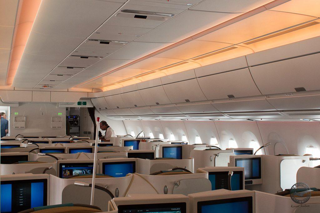 En Business, la préconisation d'Airbus est de ne pas mettre de porte bagages au dessus des sièges centraux pour créer un sentiment d'espace supplémentaires