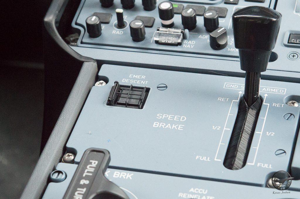 """Le pilote d'essai nous présente une des nouveautés de l'A350-1000 : la fonction """"emergy descent"""" En cas de dépréssurisation de la cabine et sans action des pilotes l'avion va automatiquement descendre vers l'altitude de sécurité."""