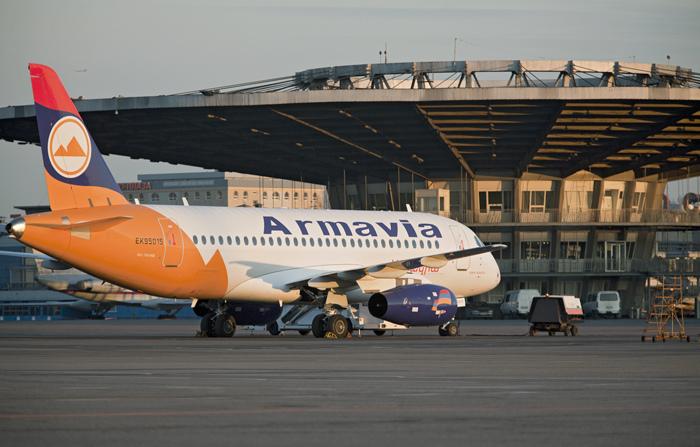 SSJ100 Armavia le 21 juin 2011 à l'aéroport de Moscou Sheremetievo lors du vol inaugural Erevan - Moscou © Leonid Faerberg