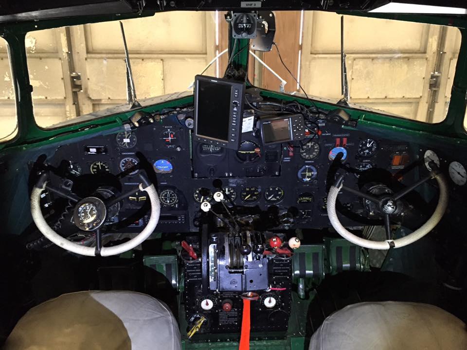 Cockpit de DC-3 (1936). L'aviation commerciale fait un bond en avant. Douglas se forge alors son identité qui lui permettra d'avoir une carrière pleine de succès.