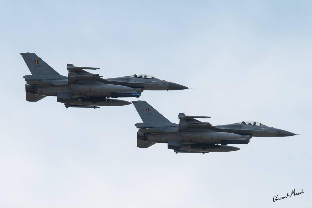 F-16 belges équipés de nacelles de désignation laser Sniper, devenues une référence pour l'USAF dans la conduite des missions de soutien aérien rapproché au Moyen-Orient et en Afghanistan. Le F-35 embarquera un équipement dérivé moins performant de la Sniper en interne, tandis que la nacelle est proposée sous Rafale à l'exportation. Photo Vincent Massé