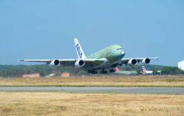 Le premier A380 de ANA prend les airs.