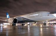 Oman Air pose son Dreamliner à Paris